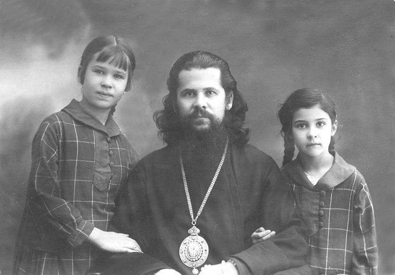 Епископ Августин с дочерьми Юлей и Ниной. 1926 год
