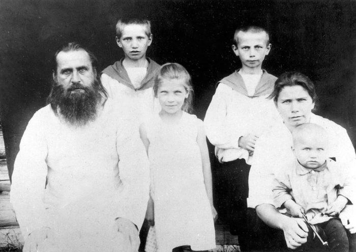 Священник Димитрий с женой Анной Ивановной и сыновьями Сергеем, Михаилом и Иваном, июль 1929