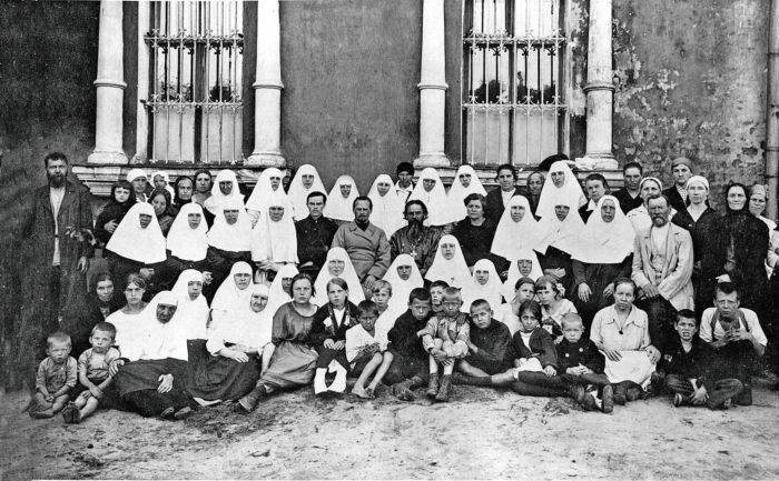 Протоиерей Илья Громогласов с прихожанами Воскресенской церкви в Кадашах, Москва