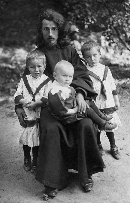 Священник Сергий Кедров с детьми. Дети (слева направо): Любовь, Александр, Валентина