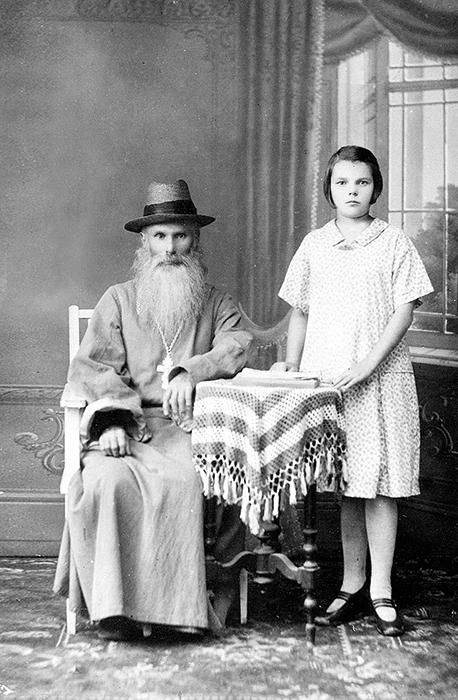 Священник Владимир с внучкой Ольгой. 1920-е годы