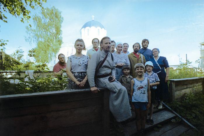 Священник Сергий Колчеев c друзьями и знакомыми на фоне храма в честь Казанской иконы Божией Матери города Никольска.